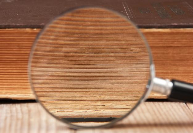 古い本と虫眼鏡