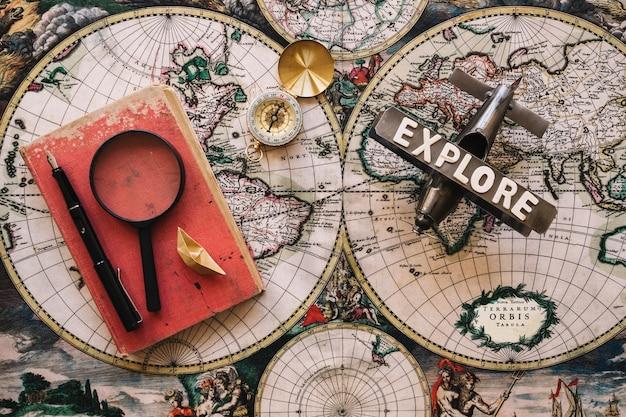 Старые книги и туристические материалы