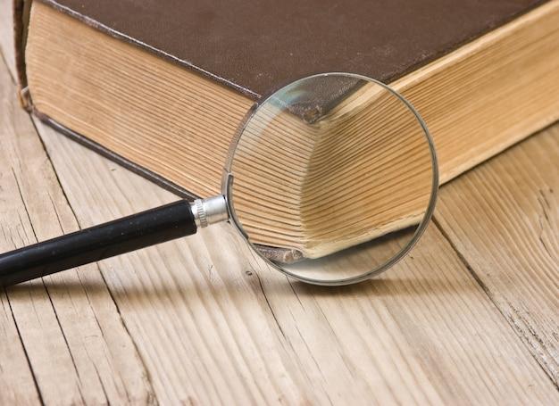 古い本の聖書と虫眼鏡