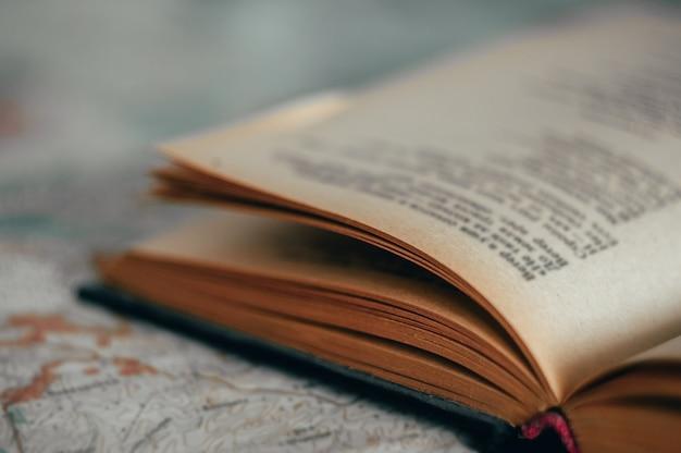 오래 된 책을 닫습니다. 프리미엄 사진