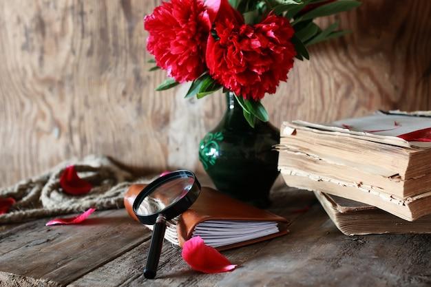 Старый книжный цветок на деревянном столе