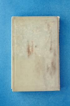 파란색 배경에 오래 된 책입니다. 비문을위한 장소