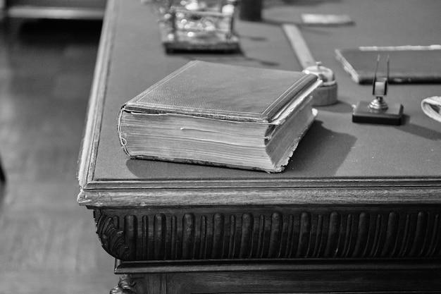 テーブルの上の古い本。黒と白。ノイズ。