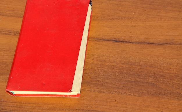 木製のテーブルの古い本