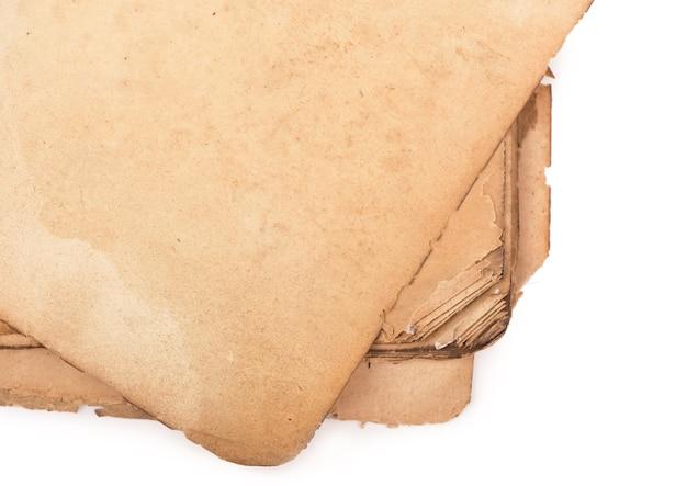 그림자와 함께 오래 된 책 페이지입니다. 클리핑 패스.