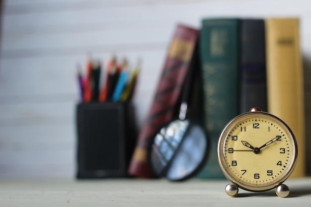 오래 된 책 복고풍 시계
