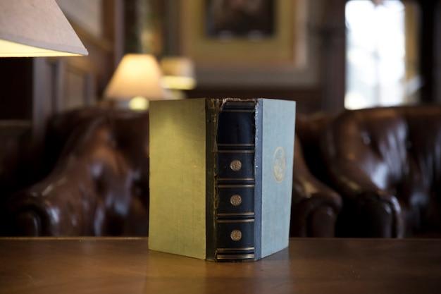 Vecchio libro con copertina usurata