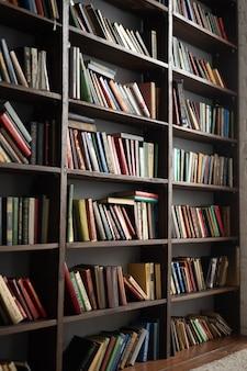 たくさんの本が付いている古い本棚