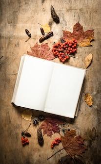 Старые книги и осенние листья. на деревянном фоне.