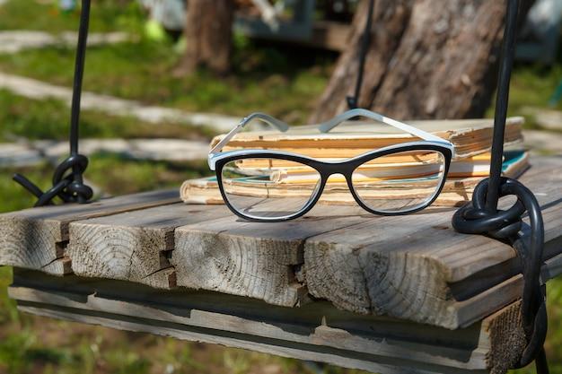 自家製ブランコの古い本とメガネ