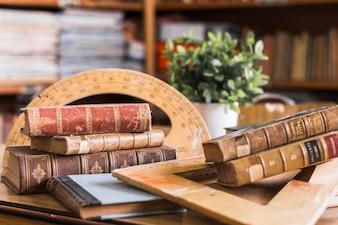 Старые книги рядом с транспортиром и треугольником