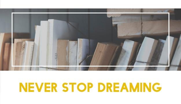Старые книги на фоне полки с цитатой никогда не переставать мечтать