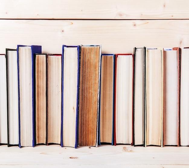 Старые книги на деревянной полке. средства на образование