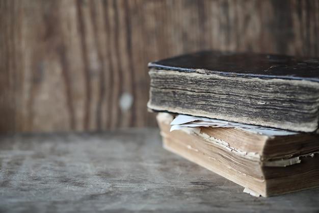 나무 테이블과 유리 돋보기에 있는 오래된 책