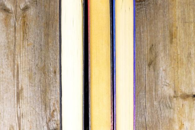 소박한 나무 선반에 오래 된 책