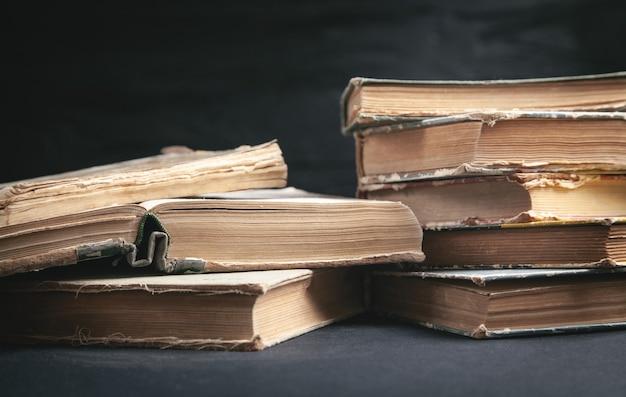 Старые книги на черном фоне.