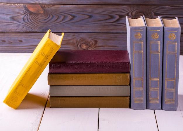 흰색 나무 테이블에 배치하는 오래 된 책
