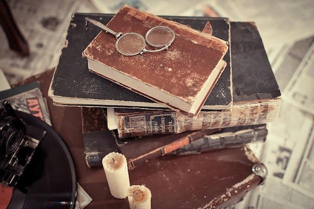 오래 된 책 쌓아 프리미엄 사진