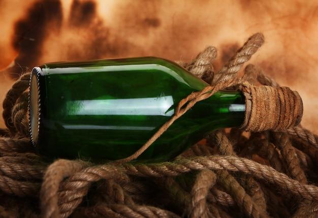 Старая бутылка и веревка