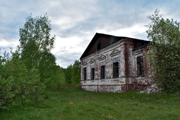 Старый кирпичный дом в лесу