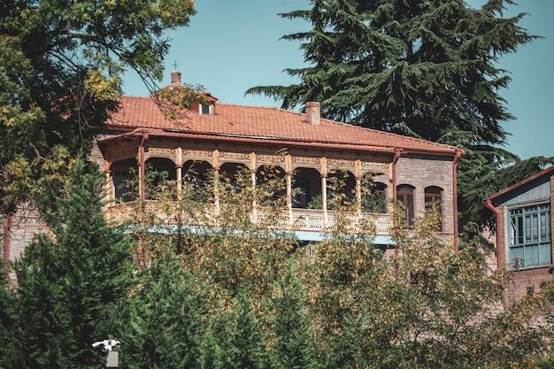 テラヴィのバルコニー付きの古いれんが造りの家。ジョージア。トラベル。