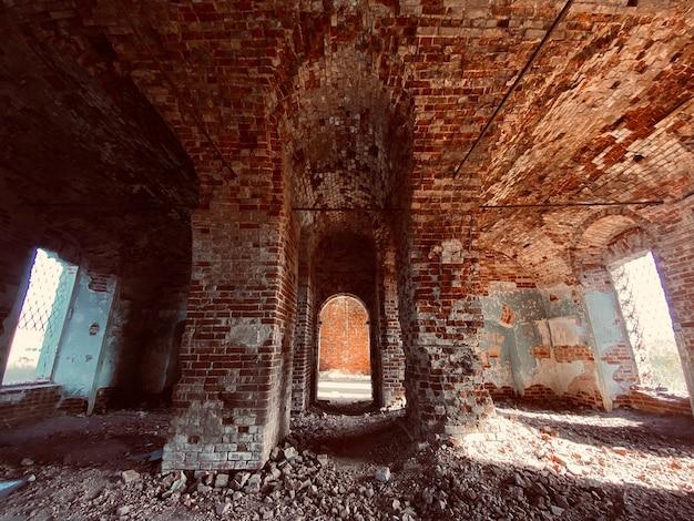 버려진 교회의 오래된 벽돌 붉은 벽