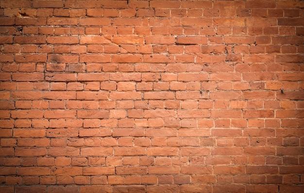 古いレンガの壁。素朴なスタイルの古いレンガのレンガ。破壊された石垣の構造と模様。コピースペース。 Premium写真