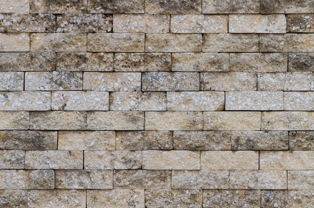 Старая кирпичная стена на городских улицах