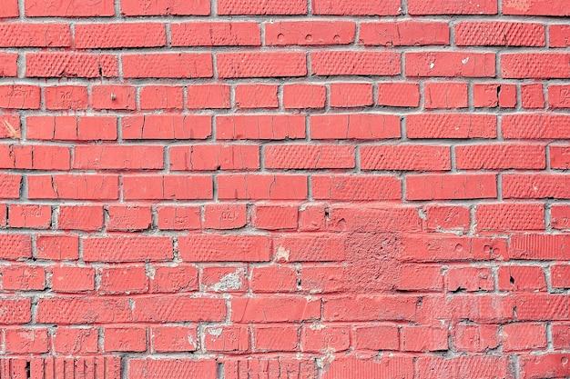 배경색 또는 질감으로 핑크 색상으로 칠한 오래된 벽돌 벽