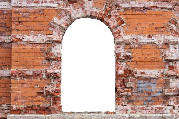真ん中に穴のある古いレンガの壁。高品質の写真