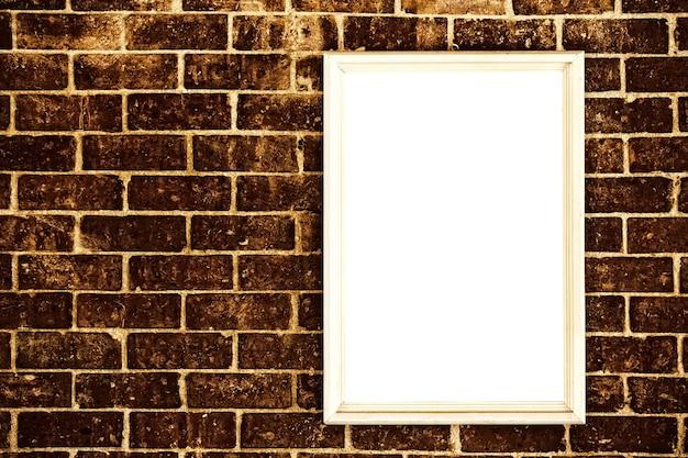 빈 프레임이 있는 오래된 벽돌 벽