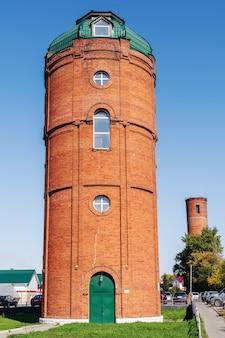 古いれんが造りの給水塔。バルナウル、アルタイ、ロシア