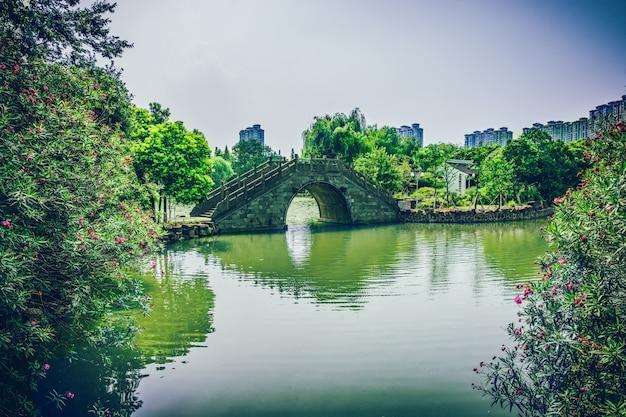 Vecchio ponte nel parco cinese