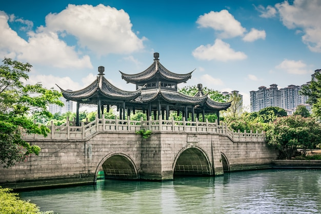 Старый мост в китайском парке