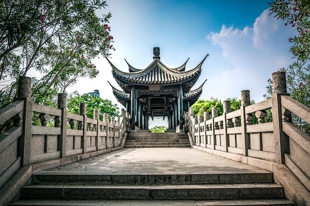 중국 공원에서 오래 된 다리