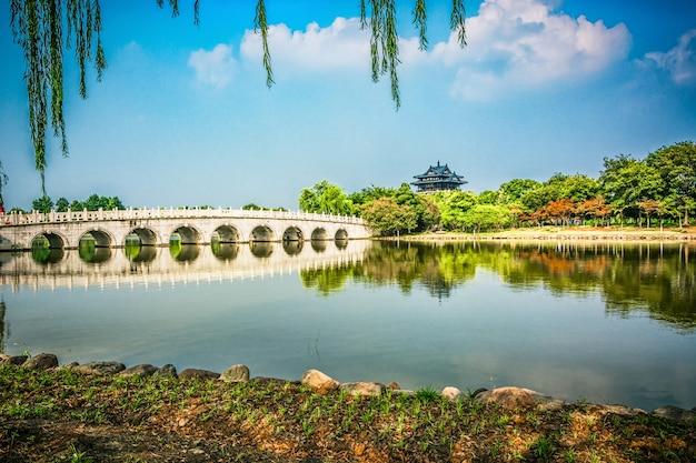 中国の公園の古い橋