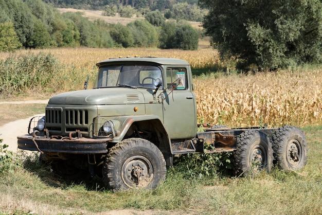 Старый сломанный и заброшенный российский грузовик для ферм