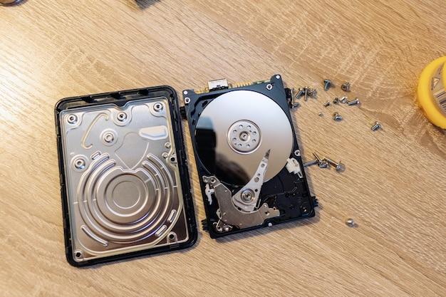 복구 복구 서비스의 오래된 깨진 하드 디스크 드라이브 구성