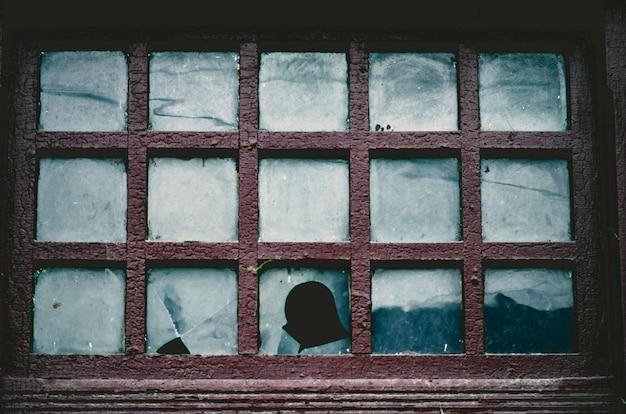 古い壊れた窓の背景