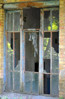Старое разбитое окно