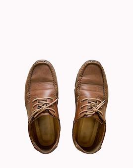 分離された古い茶色の革の靴