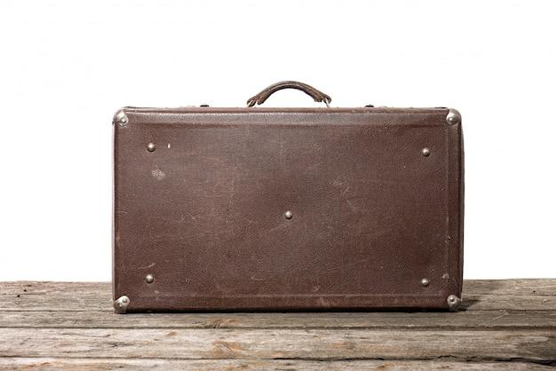 古い茶色の使用および白い背景で隔離の風化スーツケース