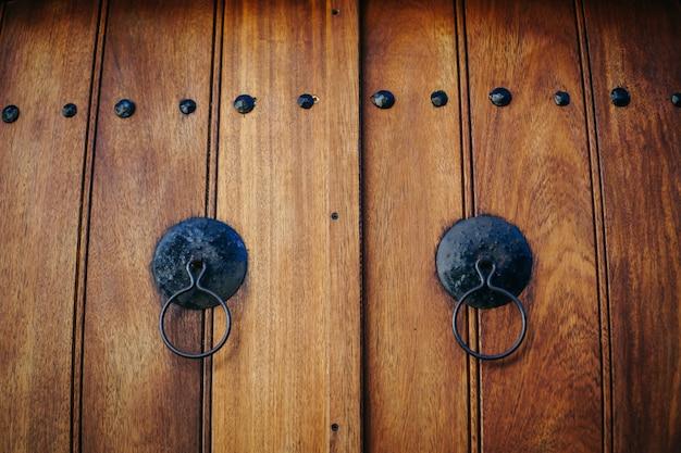 고리와 오래 된 갈색 나무 문