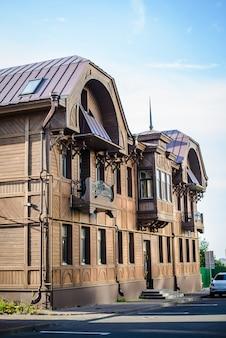 市内中心部のバルコニー付きの古い茶色の木造住宅
