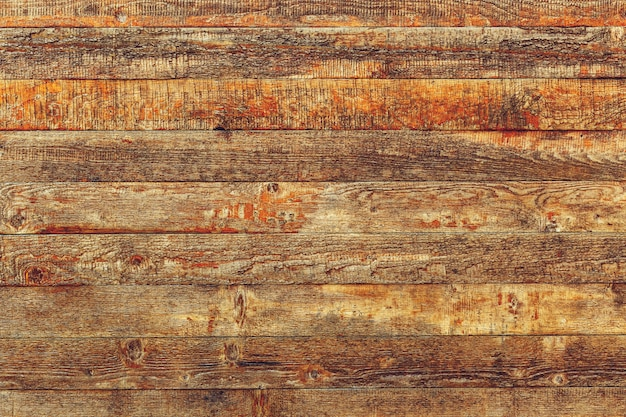 ひびの入ったカラーペイントと古い茶色の木製の板