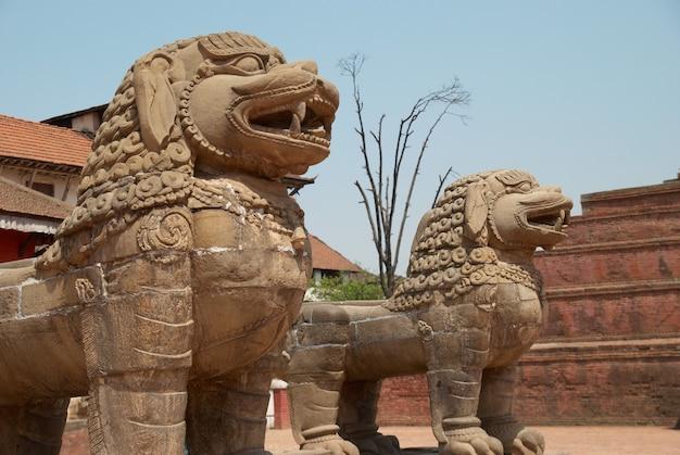 バクタプル広場にある古い仏像。ネパール、カトマンズ