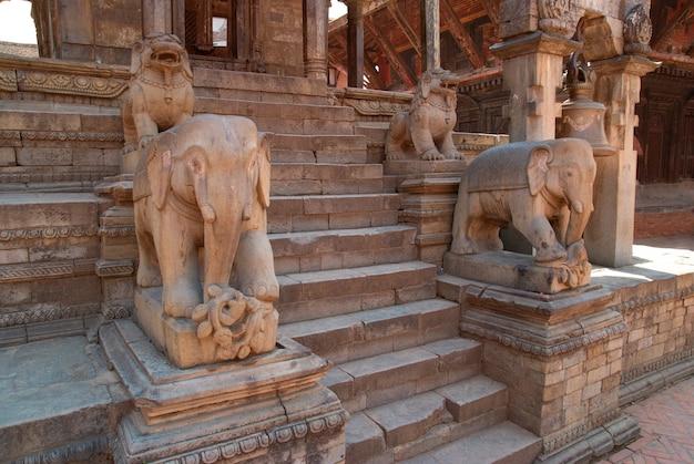 Bhaktapur 광장에 오래 된 불교 동상입니다. 네팔 카트만두