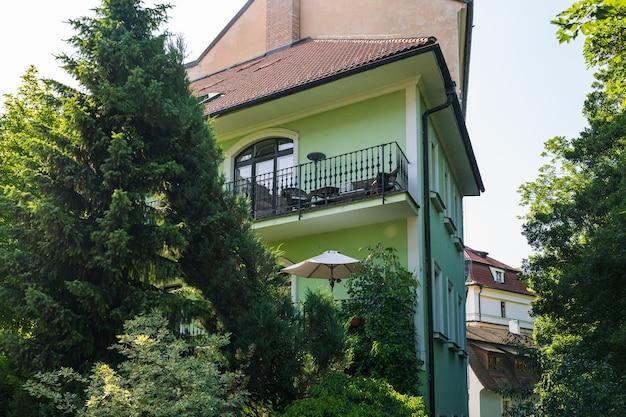 체코 마을의 푸른 나무 뒤에 있는 오래된 건물