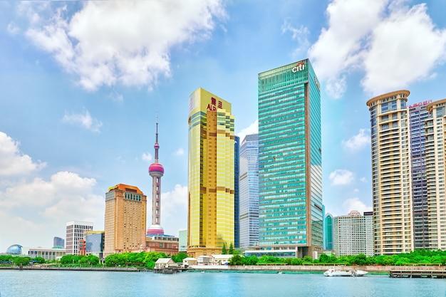 Старое здание, исторический и современный жилой район пекина с традиционными улицами. китай.