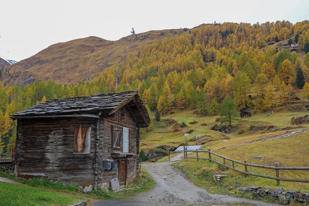 스위스의 유명한 자연 마을에 오래 된 건물